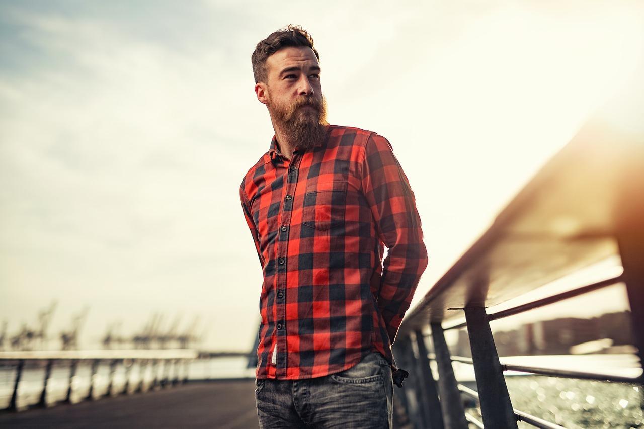 Mann steht lässig mit Bart