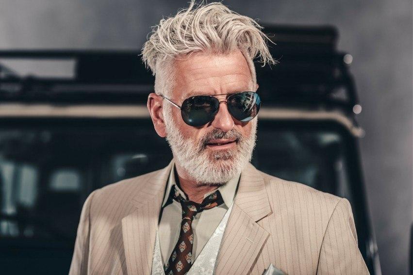 Mann mit grauem Bart und Haar