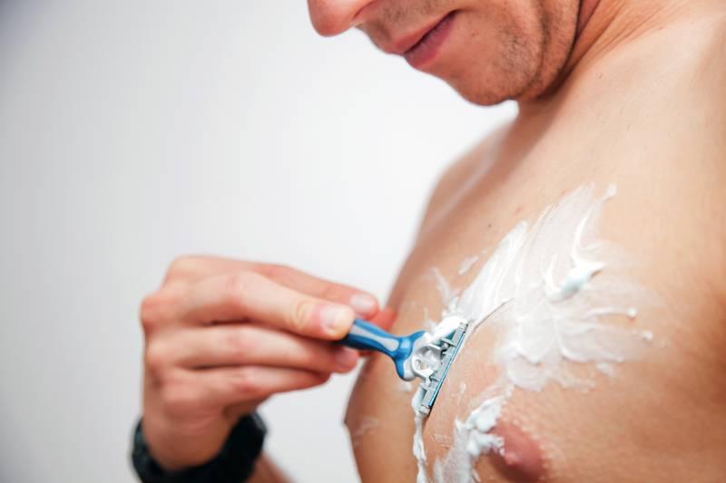 So rasierst du deine Brust