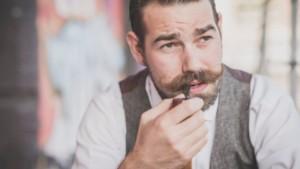 Mann mit Mustache und Pfeife
