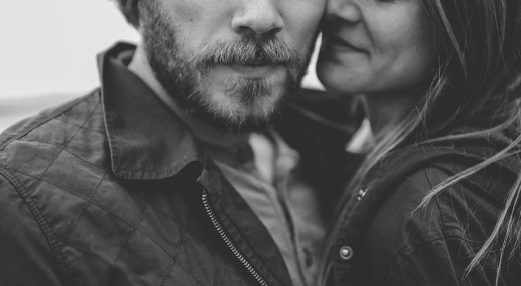 Mann mit Bart umarmt Frau