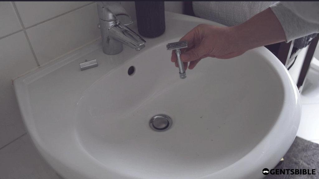 Rasierhobel während der Reinigung zerlegen